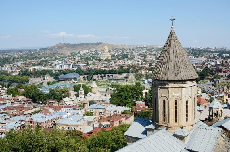Dächer von altem Tiflis mit Spitze von Heilig-Bethlehem-Kirche, Georgia stockbild