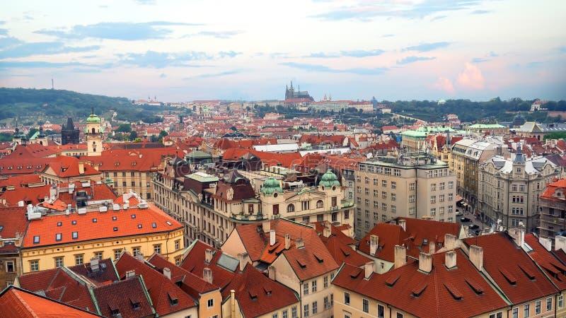 Dächer von Prag von oben lizenzfreie stockfotos