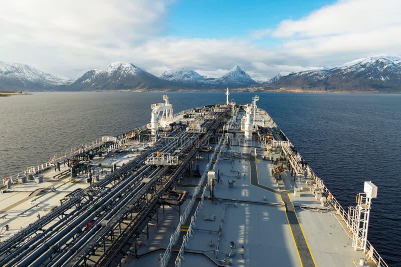 Däck av en ny oljetanker med bergbakgrund royaltyfri foto