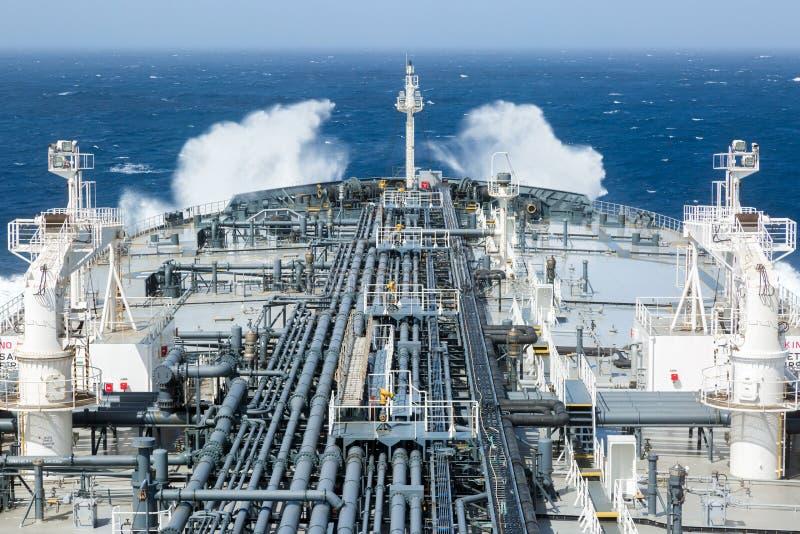 Däck av råoljatankfartyget med laströrledningen arkivbild