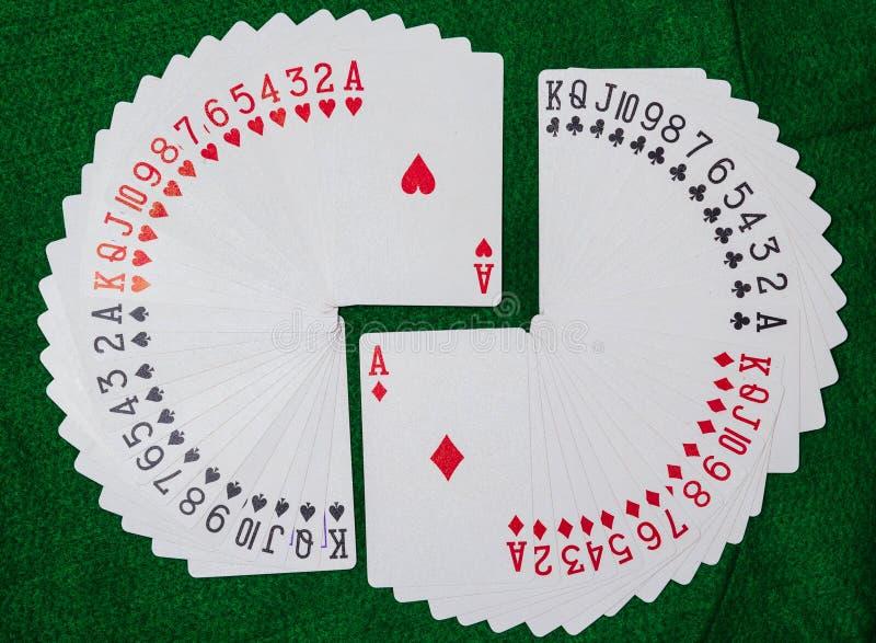 Däck av spela kort, tretton ranger i varje av de fyra dräkterna, klubbor, diamanter, hjärtor och spadar arkivfoton