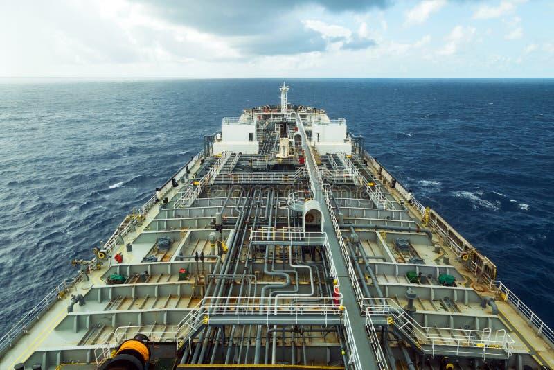 Däck för tankfartyg för oljaprodukt medan regnigt väder Sikt från navigeringbron royaltyfri foto