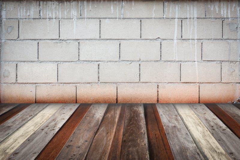 Däckar inre tappning för rum med den gråa tegelstenväggen och trä backgr fotografering för bildbyråer