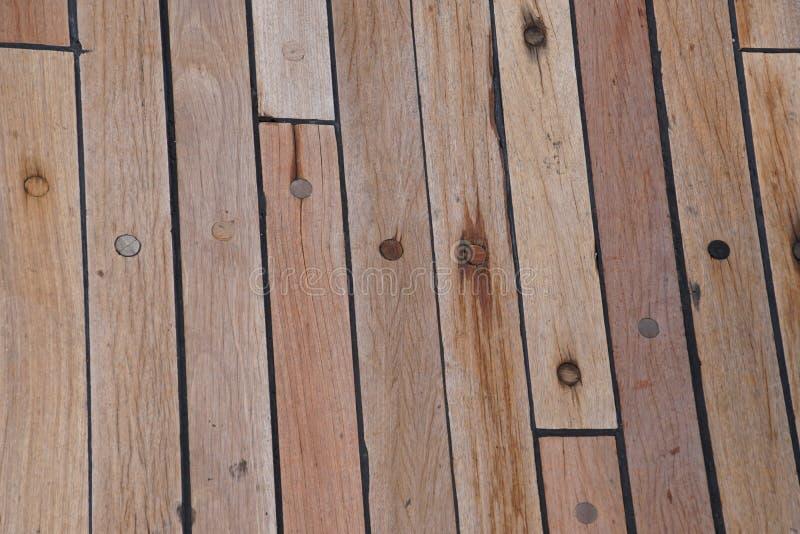 Däcket är på skeppet Trä texturerar yttersida medf8ort arkivbild