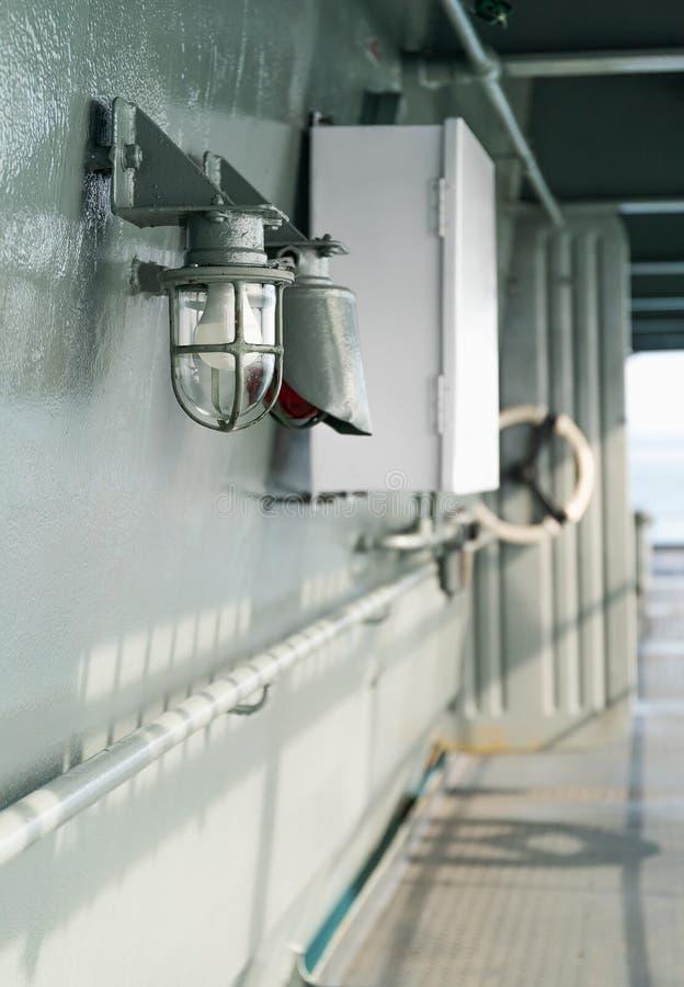 Däcklampa på skeppet i skyddande bur royaltyfri fotografi
