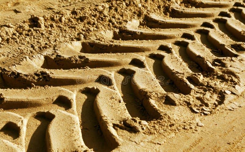 Däckspår på sand med suddighetseffekt arkivbild