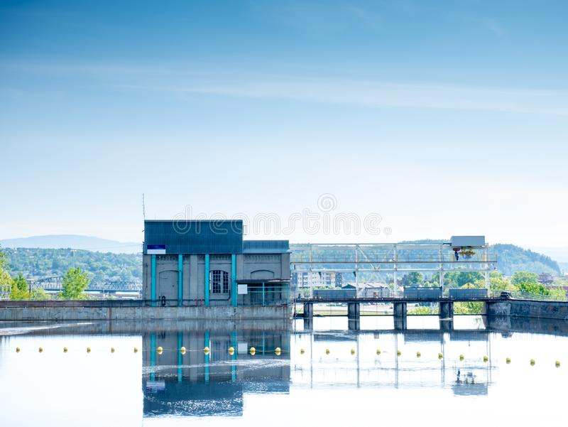 Dämma av damm i staden av Chicoutimi, Saguenay, Quebec, Kanada fotografering för bildbyråer