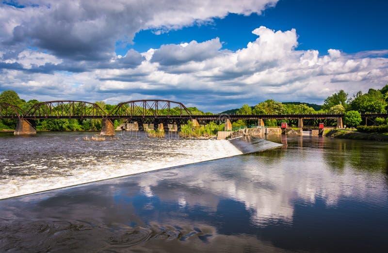 Dämma av och utbilda bron över Delawaret River i Easton, Pennsylv royaltyfri bild