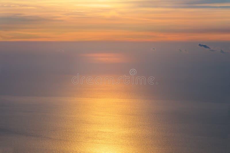 Dämmernder Himmel und Meer auf Sonnenaufgangmorgen schönem Unendlichkeits-Landschaft Hintergrund lizenzfreie stockfotos