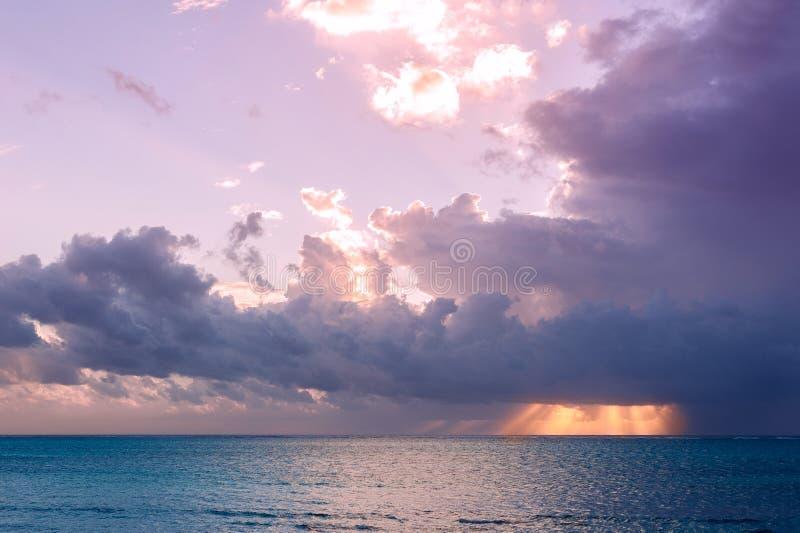 Dämmerung über dem Indischen Ozean Sun und Himmel in den Tropen Das isla stockfoto