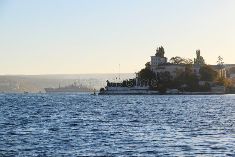 Dämmerung über der Bucht der Stadt von Sewastopol stockfotografie
