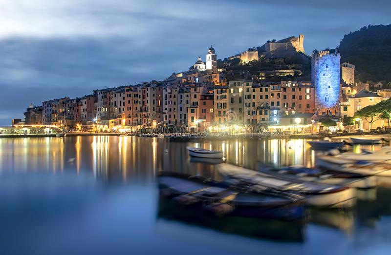 Dämmerung über Portovenere mit bunter Reflexion lizenzfreies stockbild
