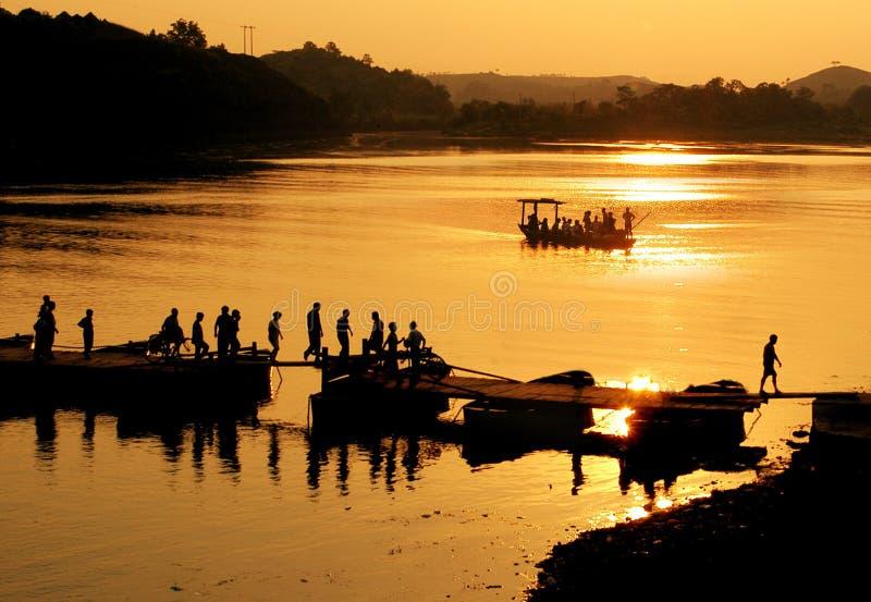 Dämmerung auf dem Fluss lizenzfreie stockbilder