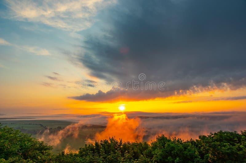 Dämmerung auf einem nebelhaften Morgen auf einem Berg über dem Fluss lizenzfreie stockfotografie