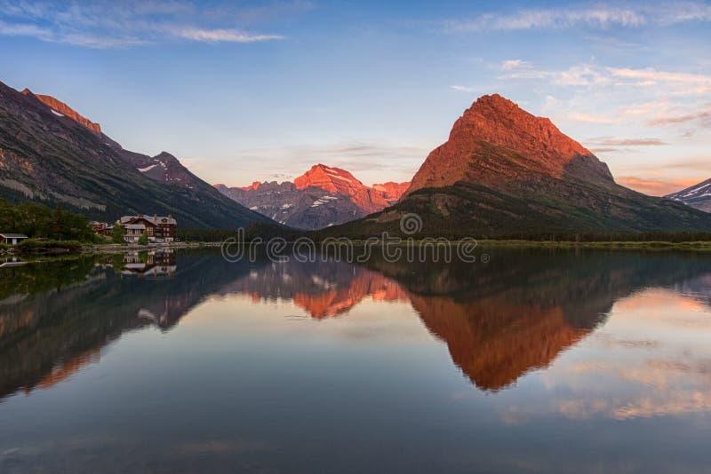 Dämmerung in den Bergen Perfekte Seereflexion stockfotografie
