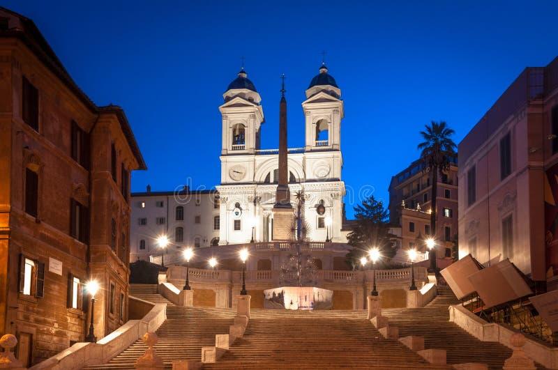 Dämmerung, die in Rom, dei Scalinata di Trinita Monti-Kirche geht lizenzfreies stockbild