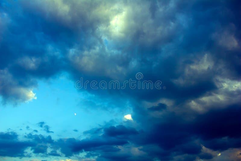 Dämmerung, dunkle Wolken und der Mond lizenzfreie stockfotografie