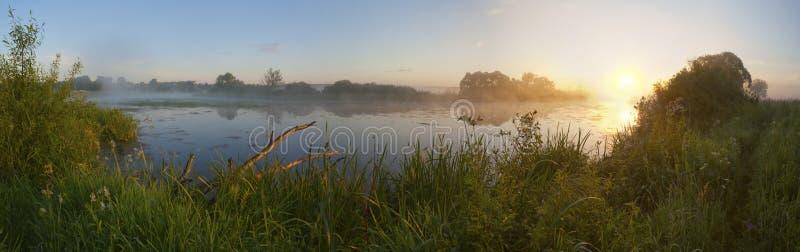 Dämmerung in einem Nebel auf dem Fluss. stockfotografie