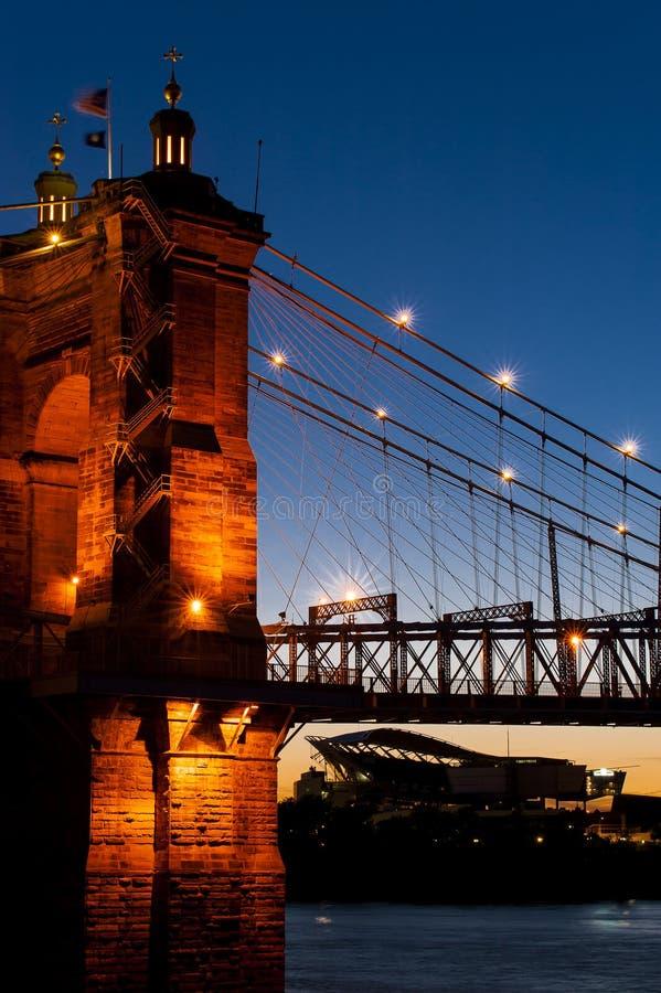 Dämmerung an historischer Roeblings-Brücke - der Ohio - Ohio u. Kentucky stockfotos