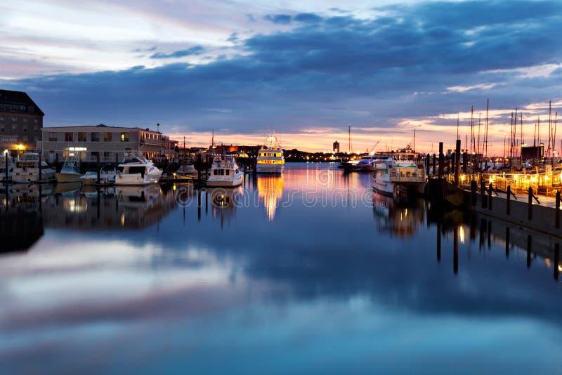 Dämmerung im Boston-Hafen stockbild