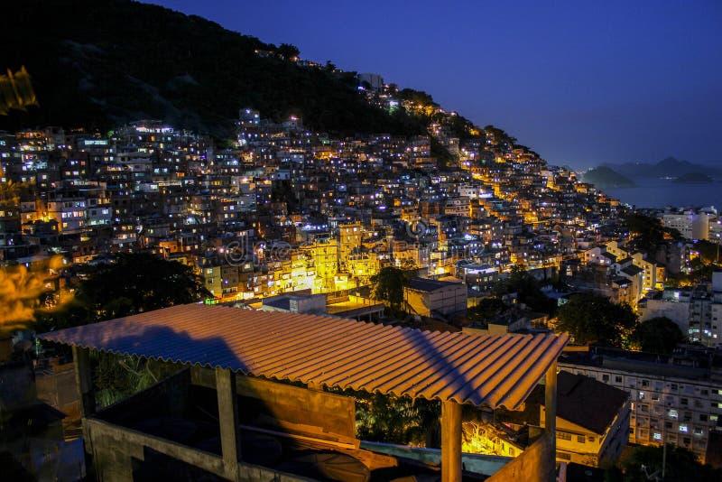 Dämmerung im Cantagalo-favela lizenzfreie stockfotos