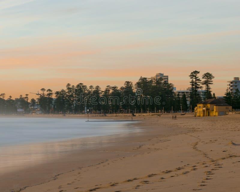 Dämmerung am männlichen Strand, Sydney, New South Wales, Australien stockbilder