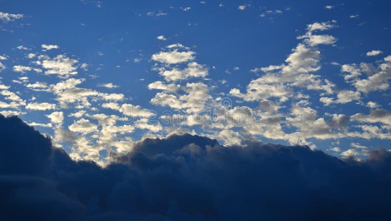 Dämmerung mit eigenartigen Wolken stockfotos