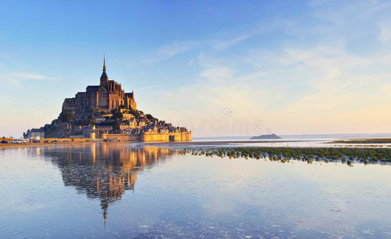 Dämmerung am Mont Saint Michel. Frankreich stockbild