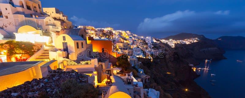 Dämmerung in Oia Santorini Griechenland lizenzfreie stockbilder