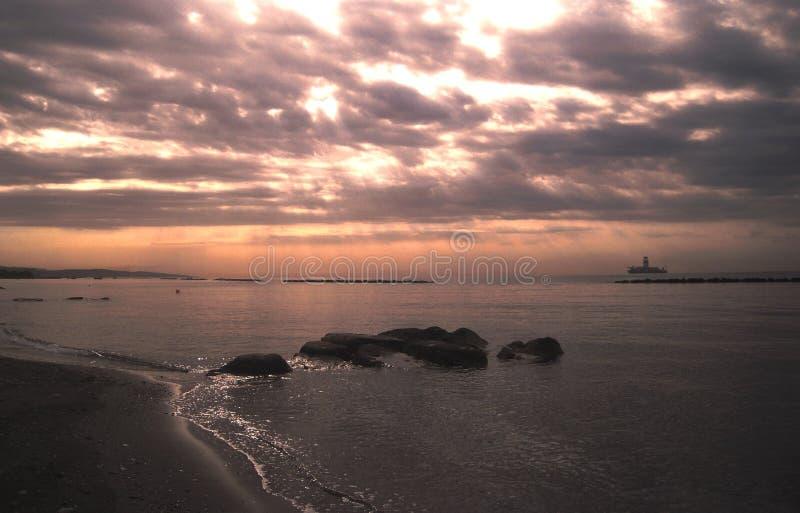 Dämmerung schön und bewundernswert über dem Meer stockbild