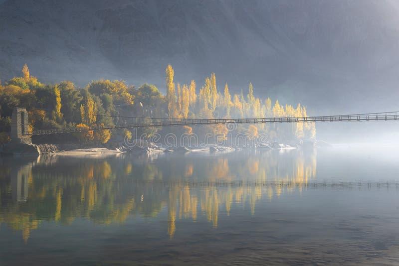 Dämmerung und Brücke stockbilder