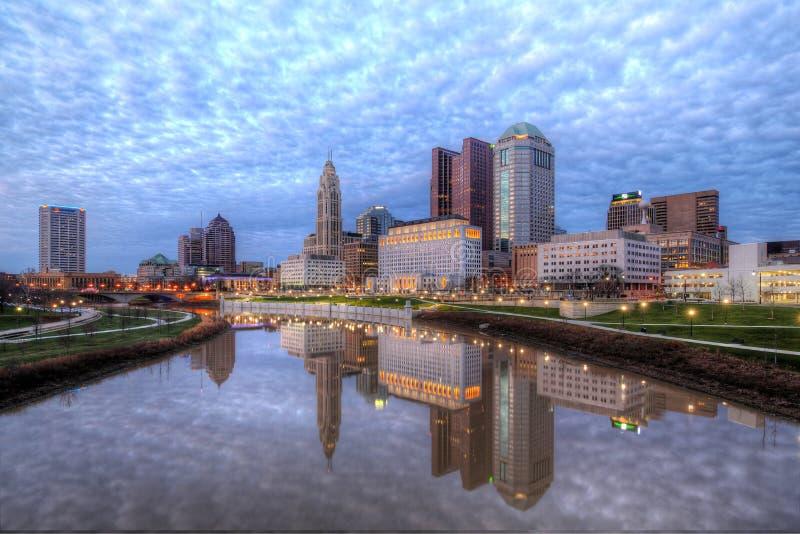 Dämmerungs-Columbus Ohio-Skyline lizenzfreie stockfotos
