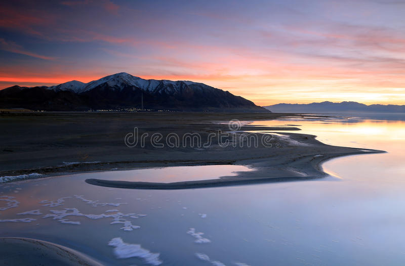 Dämmerungs-Himmel beim Great Salt Lake stockbild