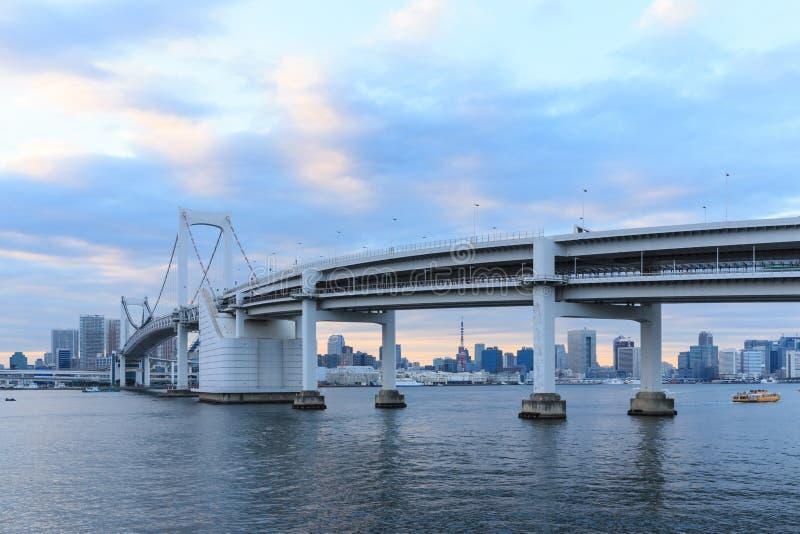 Dämmerungs-Tokyo-Marksteine, Tokyo-Regenbogenbrücke lizenzfreie stockfotos