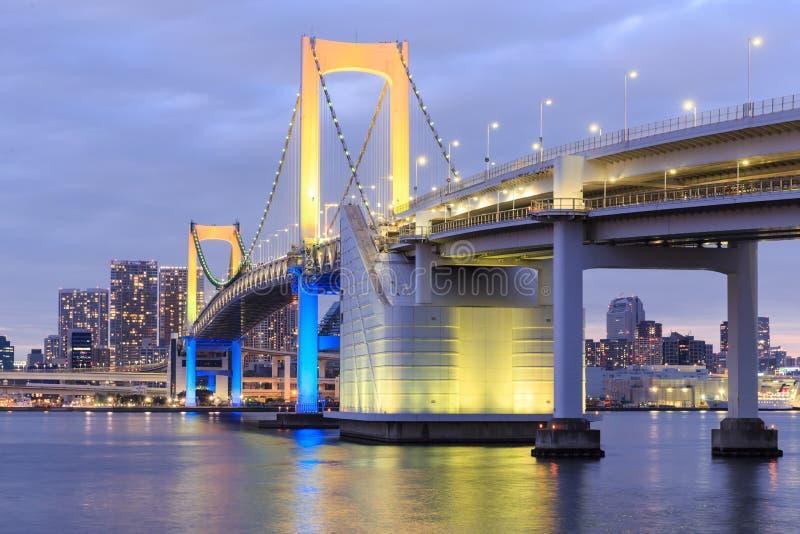 Dämmerungs-Tokyo-Marksteine, Tokyo-Regenbogenbrücke stockfotografie