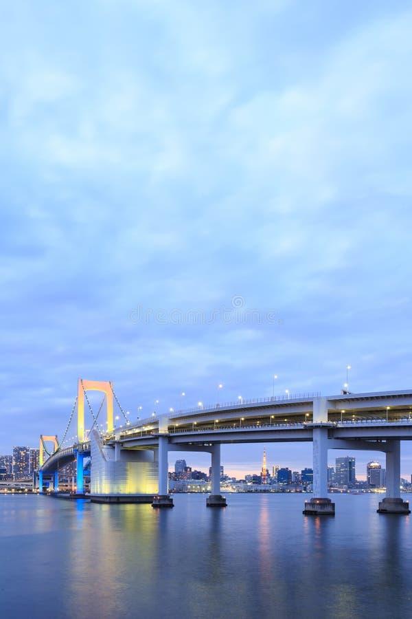 Dämmerungs-Tokyo-Marksteine, Tokyo-Regenbogenbrücke stockfoto