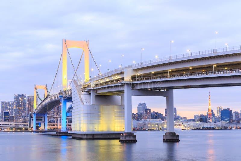 Dämmerungs-Tokyo-Regenbogenbrücke stockfotografie