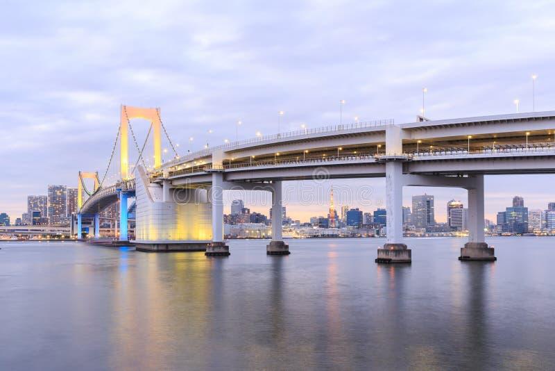 Dämmerungs-Tokyo-Regenbogenbrücke stockfoto