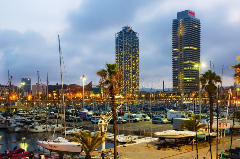 Dämmerungsansicht des Hafens Olimpic in Barcelona, Spanien lizenzfreies stockbild