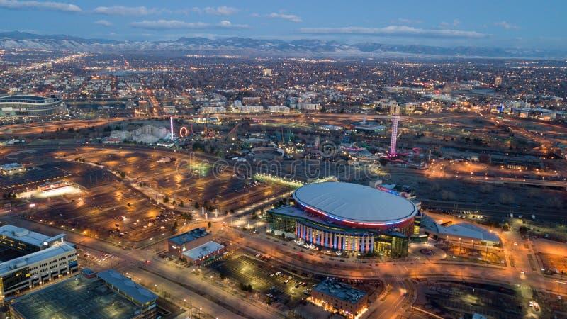 Dämmerungsansicht von Bergen von im Stadtzentrum gelegenem Denver stockfotos