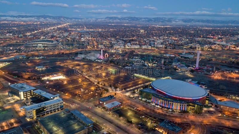 Dämmerungsansicht von Bergen und von Stadt von Denver lizenzfreie stockfotos
