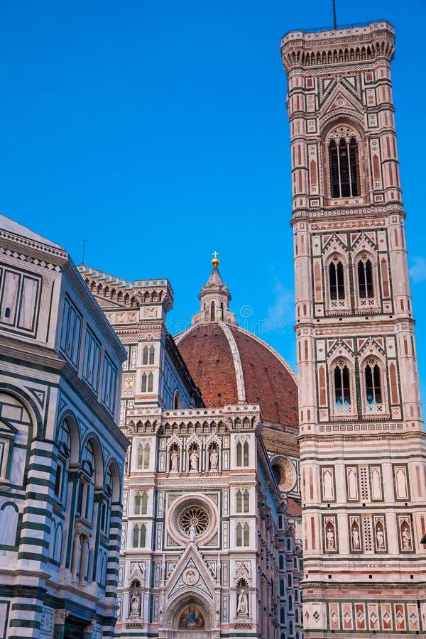 Dämmerungsfälle über den Baptistery von Johannes, Giotto-Glockenturm und von Florence Cathedral widmeten im Jahre 1436 stockfotografie