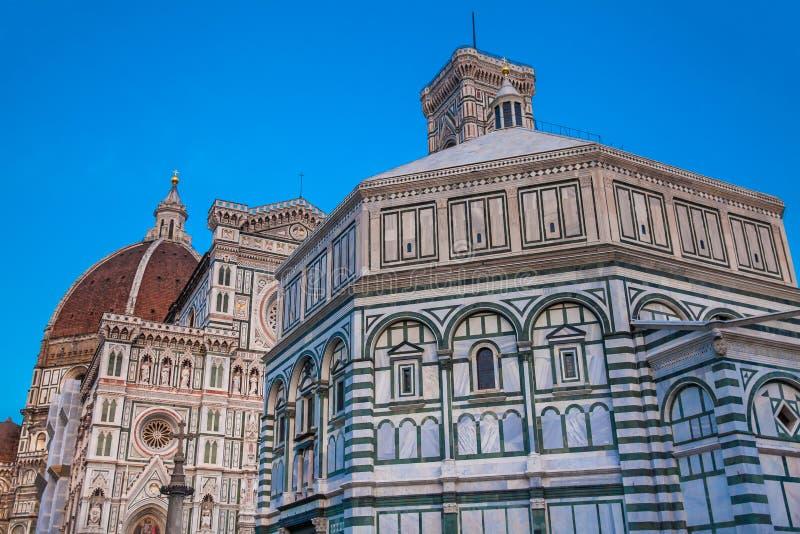 Dämmerungsfälle über den Baptistery von Johannes und von Florence Cathedral widmeten im Jahre 1436 lizenzfreie stockbilder