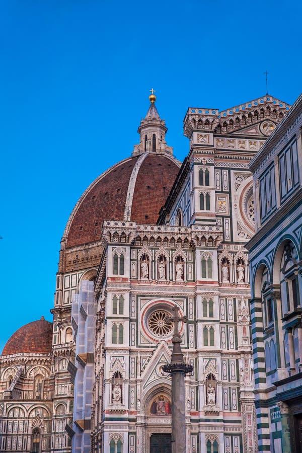 Dämmerungsfälle über den Baptistery von Johannes und von Florence Cathedral widmeten im Jahre 1436 stockfotografie
