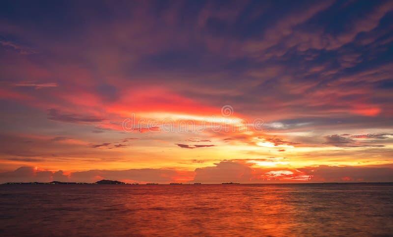 Dämmerungshimmelhintergrund Bunter Sonnenunterganghimmel und -wolke klarer Himmel im Dämmerungszeithintergrund lizenzfreies stockbild