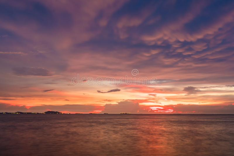 Dämmerungshimmelhintergrund Bunter Sonnenunterganghimmel und -wolke klarer Himmel im Dämmerungszeithintergrund stockfotos