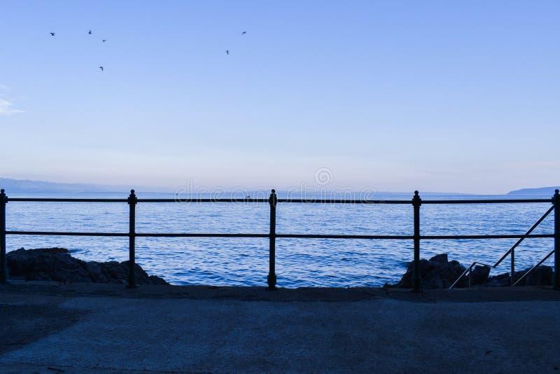Dämmerungsmeerblick von Opatija Riviera in Kroatien lizenzfreies stockbild