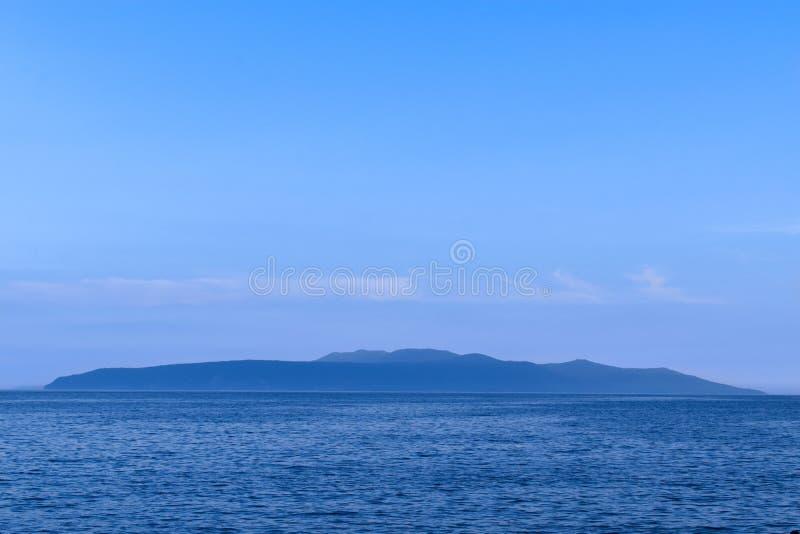Dämmerungsmeerblick von Opatija Riviera in Kroatien Schattenbild von Cres-Insel stockfoto