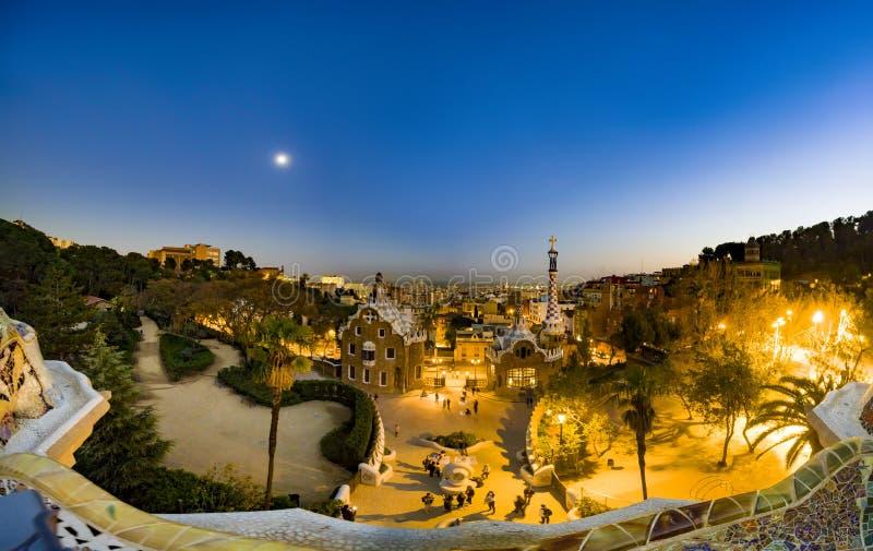 Dämmerungspanoramablick des Parks Guell durch Architekten Antoni Gaudi stockfotografie