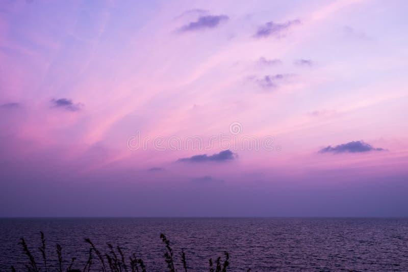 Dämmerungssonnenunterganghimmel mit schönen Wolken über Meer lizenzfreie stockfotografie